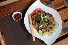 Ασιατικό τηγανισμένο νουντλς με το αγγούρι και τον ασβέστη Στοκ Φωτογραφίες