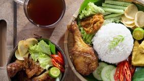 Ασιατικό τηγανισμένο σύνολο γεύματος κοτόπουλου φιλμ μικρού μήκους