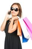 Ασιατικό τηλέφωνο τσαντών μόδας γυαλιών ηλίου αγοραστών ισχίων στοκ φωτογραφία