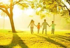 Ασιατικό τρέξιμο χεριών οικογενειακής εκμετάλλευσης στοκ φωτογραφίες με δικαίωμα ελεύθερης χρήσης