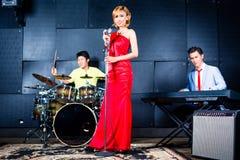 Ασιατικό τραγούδι καταγραφής ζωνών στο στούντιο Στοκ Εικόνα