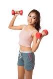 Ασιατικό υγιές κορίτσι workout με τον αλτήρα Στοκ Φωτογραφία