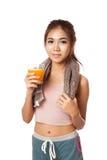 Ασιατικό υγιές κορίτσι workout που πίνει το χυμό από πορτοκάλι Στοκ φωτογραφίες με δικαίωμα ελεύθερης χρήσης