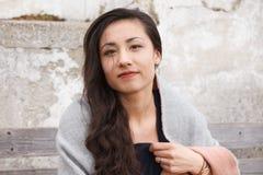 Ασιατικό υπαίθριο χαμόγελο γυναικών στη κάμερα Στοκ φωτογραφία με δικαίωμα ελεύθερης χρήσης