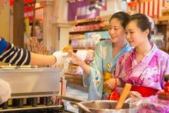 Ασιατικό χέρι κοριτσιών του επιδορπίου κατά τη διάρκεια του γεγονότος φεστιβάλ Στοκ Εικόνες