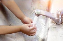 Ασιατικό χέρι προσοχής κοριτσιών Στοκ Εικόνες