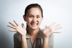 Ασιατικό χαμόγελο γυναικών με τους ανοικτούς φοίνικες Στοκ εικόνα με δικαίωμα ελεύθερης χρήσης