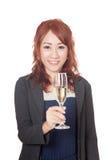 Ασιατικό χαμόγελο κοριτσιών με ένα ποτήρι του άσπρου κρασιού Στοκ εικόνες με δικαίωμα ελεύθερης χρήσης