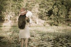 Ασιατικό χαριτωμένο κορίτσι που στέκεται μόνο στη λιμνοθάλασσα Στοκ Εικόνα