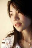 ασιατικό χαριτωμένο κορίτσι που φαίνεται πλευρά Στοκ Φωτογραφίες