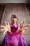 ασιατικό χαριτωμένο κορίτσι φωτογραφικών μηχανών ευτυχές λίγο χαμόγελο Στοκ Εικόνες
