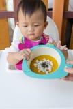 Ασιατικό χαριτωμένο μωρό που τρώει τα τρόφιμα Στοκ φωτογραφία με δικαίωμα ελεύθερης χρήσης