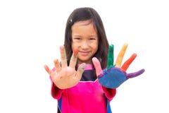 Ασιατικό χρώμα ζωγραφικής κοριτσιών στο αριστερό χέρι και το δάχτυλο Δραστηριότητα τέχνης στοκ φωτογραφίες