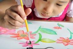 Ασιατικό χρώμα χεριών κοριτσιών κινηματογραφήσεων σε πρώτο πλάνο με την εικόνα watercolor της Στοκ Φωτογραφία