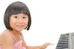 ασιατικό ψηφιακό κορίτσι λίγο παιχνίδι πιάνων Στοκ φωτογραφία με δικαίωμα ελεύθερης χρήσης