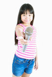 Ασιατικό όμορφο τραγούδι μικρών κοριτσιών με το μικρόφωνο Στοκ Φωτογραφία