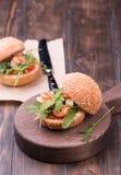 Ασιατικό burger με τις γαρίδες, το arugula, την ντομάτα και το κρεμμύδι με την άσπρη σάλτσα Στοκ Εικόνα