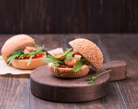 Ασιατικό burger με τις γαρίδες, το arugula, την ντομάτα και το κρεμμύδι με την άσπρη σάλτσα Στοκ Φωτογραφίες