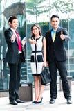 Ασιατικό businesspeople που λειτουργεί από κοινού στοκ εικόνα με δικαίωμα ελεύθερης χρήσης