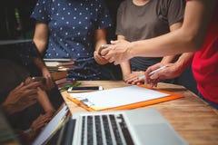 Ασιατικό cowor γραφείων συζήτησης επιχειρηματιών σοβαρά στο εσωτερικό Στοκ Εικόνα