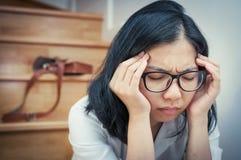 Ασιατικό eyeglasses κορίτσι που κουράζεται από την εργασία της Στοκ Εικόνες