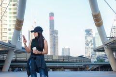 Ασιατικό smartphone χρήσης γυναικών τρόπου ζωής τουρισμού για την εύρεση της θέσης για το ταξίδι στον περίπατο ουρανού στη Μπανγκ στοκ φωτογραφίες