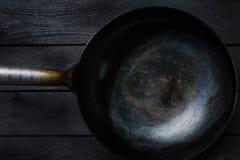 Ασιατικό Wok - παραδοσιακό ασιατικό τηγάνι σε ένα μαύρο ξύλινο υπόβαθρο Τοπ όψη Στοκ φωτογραφία με δικαίωμα ελεύθερης χρήσης