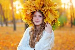 δασική περπατώντας γυναίκα πτώσης ημέρας φθινοπώρου όμορφη Ξανθό κορίτσι και κίτρινα φύλλα Στοκ φωτογραφία με δικαίωμα ελεύθερης χρήσης