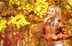 δασική περπατώντας γυναίκα πτώσης ημέρας φθινοπώρου όμορφη πτώση Ξανθό κορίτσι με τα κίτρινα φύλλα Στοκ εικόνα με δικαίωμα ελεύθερης χρήσης