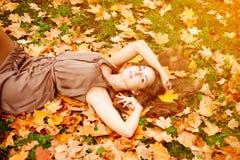 δασική περπατώντας γυναίκα πτώσης ημέρας φθινοπώρου όμορφη όμορφες νεολαίες πάρκων &ka Στοκ Εικόνες