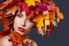δασική περπατώντας γυναίκα πτώσης ημέρας φθινοπώρου όμορφη όμορφο makeup Στοκ φωτογραφία με δικαίωμα ελεύθερης χρήσης