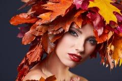 δασική περπατώντας γυναίκα πτώσης ημέρας φθινοπώρου όμορφη όμορφο makeup Στοκ Εικόνες