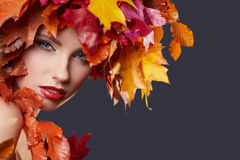 δασική περπατώντας γυναίκα πτώσης ημέρας φθινοπώρου όμορφη όμορφο makeup Στοκ Εικόνα