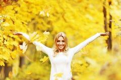 δασική περπατώντας γυναίκα πτώσης ημέρας φθινοπώρου όμορφη Στοκ Φωτογραφία