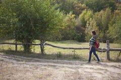 δασικό περπάτημα κοριτσιώ&nu Στοκ Φωτογραφία