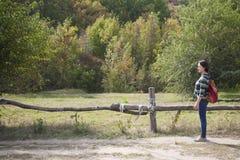 δασικό περπάτημα κοριτσιώ&nu Στοκ Εικόνες