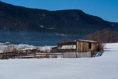 δασικό χειμερινό δάσος σκηνής λιμνών ειρηνικό Μικρό εξοχικό σπίτι κοντά στο φράγμα σε μια ηλιόλουστη χειμερινή ημέρα Χιονώδες παρ Στοκ Φωτογραφία