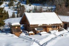δασικό χειμερινό δάσος σκηνής λιμνών ειρηνικό Μικρό σπίτι στο βουνό σε μια ηλιόλουστη χειμερινή ημέρα Χιονώδες παραμύθι στη Βουλγ Στοκ Φωτογραφίες