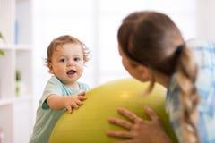 Ασκήσεις μωρών στο fitball Στοκ φωτογραφία με δικαίωμα ελεύθερης χρήσης