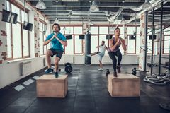 Ασκήσεις ομάδας Crossfit Τύπος με Punching την τσάντα στοκ εικόνα