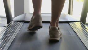 Ασκώντας στη γυμναστική, treadmill καρδιο workout απόθεμα βίντεο