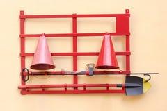 Ασπίδα πυρκαγιάς με τα αρχικά μέσα για μια πυρκαγιά Στοκ εικόνα με δικαίωμα ελεύθερης χρήσης
