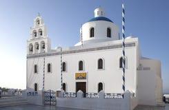 Ασπρισμένα σπίτια και μπλε εκκλησία θόλων από το Αιγαίο πέλαγος, Santoriniin Oia, Santorini, Ελλάδα Διάσημοι μπλε θόλοι Oia στο χ στοκ εικόνα