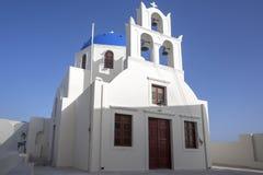 Ασπρισμένα σπίτια και μπλε εκκλησία θόλων από το Αιγαίο πέλαγος, Santoriniin Oia, Santorini, Ελλάδα Διάσημοι μπλε θόλοι Oia στο χ στοκ φωτογραφίες με δικαίωμα ελεύθερης χρήσης