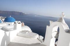 Ασπρισμένα σπίτια και μπλε εκκλησία θόλων από το Αιγαίο πέλαγος, Santoriniin Oia, Santorini, Ελλάδα Διάσημοι μπλε θόλοι Oia στο χ στοκ φωτογραφία