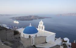Ασπρισμένα σπίτια και μπλε εκκλησία θόλων από το Αιγαίο πέλαγος, Santoriniin Oia, Santorini, Ελλάδα Διάσημοι μπλε θόλοι Oia στο χ στοκ εικόνες με δικαίωμα ελεύθερης χρήσης
