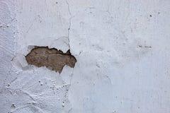 Ασπρισμένος τοίχος με την τρύπα στο ραγισμένο ασβεστοκονίαμα Στοκ Εικόνα