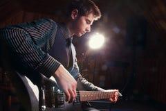 Αστέρας της ροκ με μια κιθάρα Στοκ Εικόνες