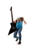 Αστέρας της ροκ που κρατά μια ηλεκτρική κιθάρα Στοκ Φωτογραφίες