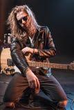 Αστέρας της ροκ eyeglasses που θέτουν με την ηλεκτρική κιθάρα στη σκηνή Στοκ φωτογραφία με δικαίωμα ελεύθερης χρήσης